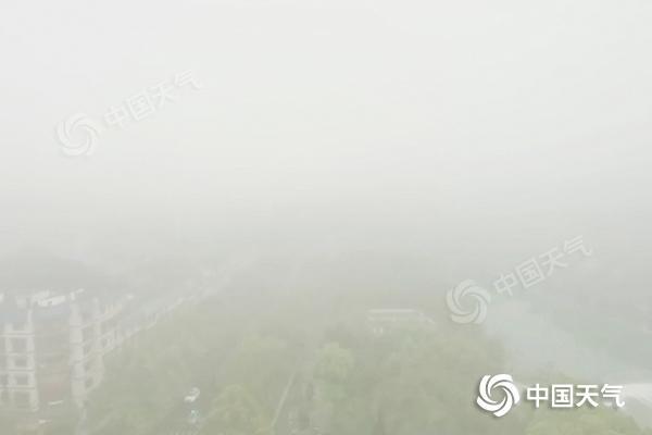 """湖南大雾致多条高速受管制 本周末大部雨水""""抢镜"""""""